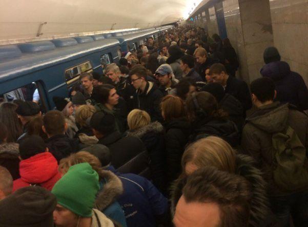 «Синяя» ветка петербургского метро «зависла» утром 27 октября