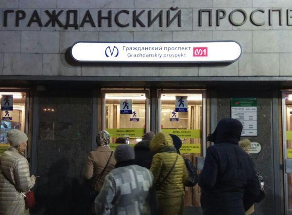 «Красная» ветка петербургского метро «зависла» из-за падения пассажира