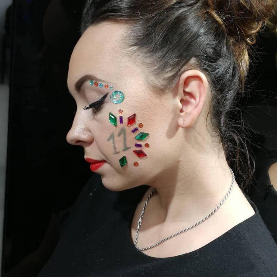 «Л'Этуаль»: Сотрудники рисуют цифры на лице добровольно